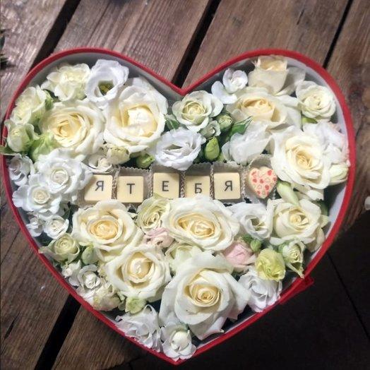 Коробка Сердце с белыми розами : букеты цветов на заказ Flowwow
