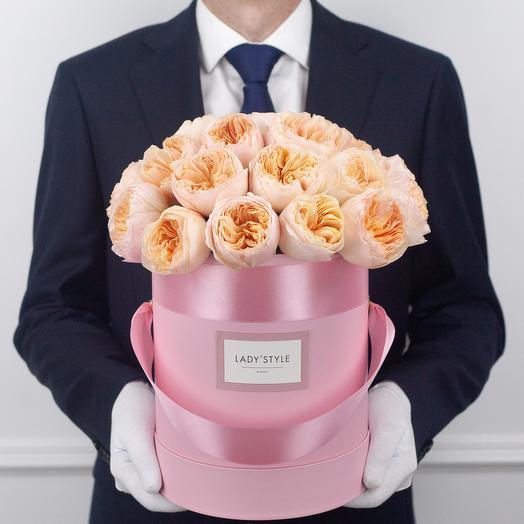 Пионовидные розы Juliet в шляпной коробке M: букеты цветов на заказ Flowwow