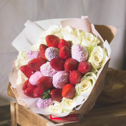 Букет из клубники в шоколаде с розами 103: букеты цветов на заказ Flowwow
