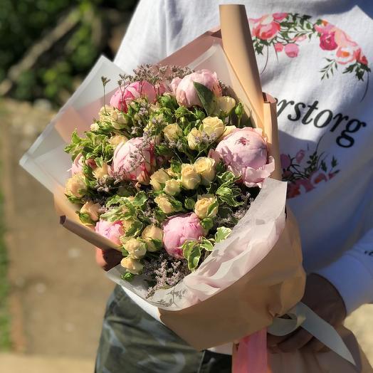 Кустовые розы с пионами. N428: букеты цветов на заказ Flowwow