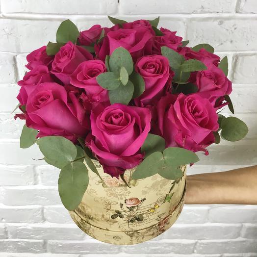 Розы и эвкалипт  в Коробке: букеты цветов на заказ Flowwow