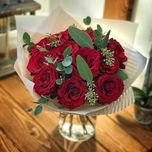 Красные розы с эвкалиптом
