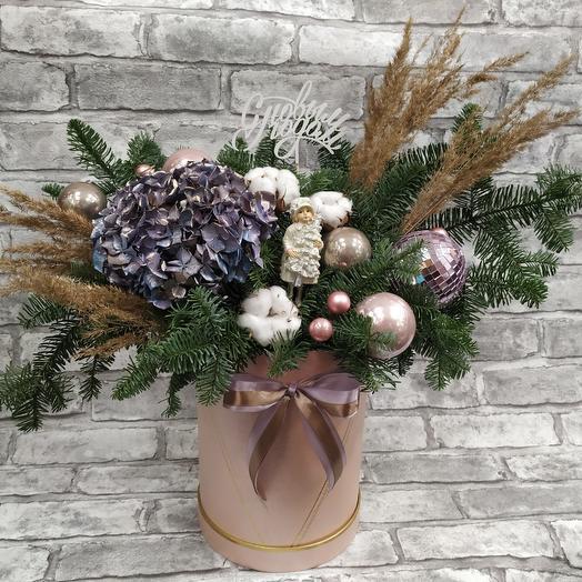 Новогодняя корзина с цветами: букеты цветов на заказ Flowwow