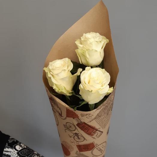букет из 3 белых роз в крафте