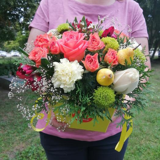 Коробка с живыми цветами и раффаэлло