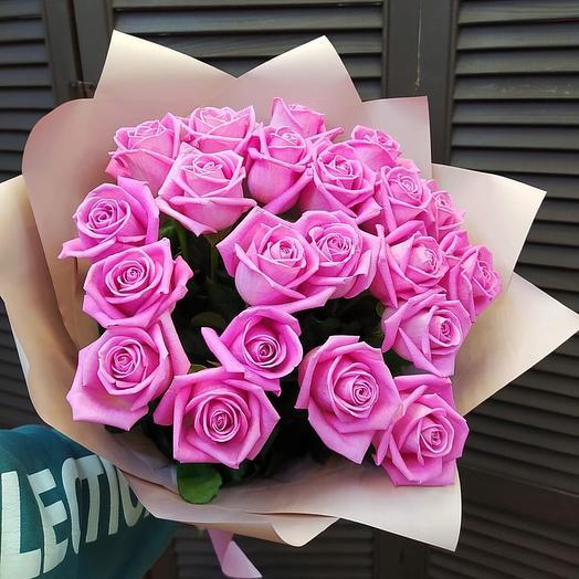 25 розовых роз 60 см в оформлении