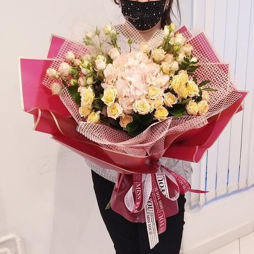 Букет с гортензией и кустовыми розами