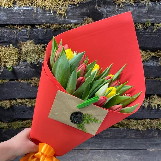 Букет из ярких тюльпанов