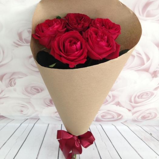 5 красных роз в крафте