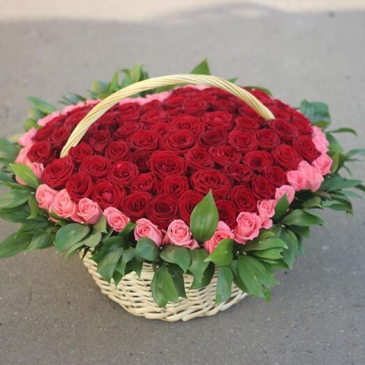 Корзины любви (корзина из красных и розовых роз в форме сердца)