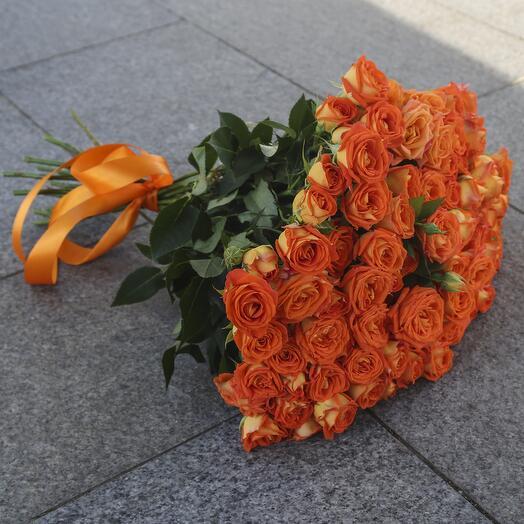 Букет из 21 кустовой оранжевой розы «Кинг Баблс»