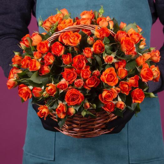Корзина с оранжевыми кустовыми розами