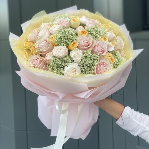 Букет Заветная мечта из кустовых и одноголовых роз, трахелиума