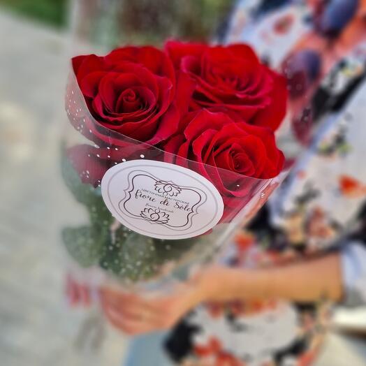 3 розы в прозрачной упаковке