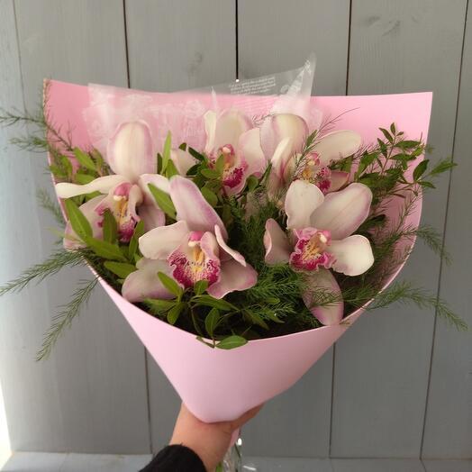 Букет орхидей с зеленью