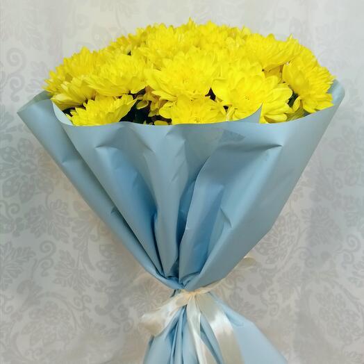 Букет из 7 хризантем кустовых в голубом