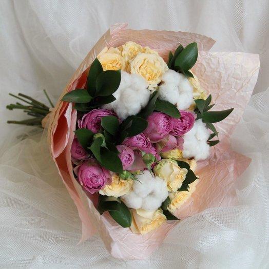 Букет из кустовых роз и хлопка: букеты цветов на заказ Flowwow