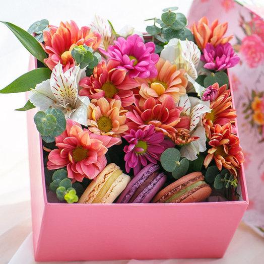 Коробка с макаронс и бананами в шоколаде: букеты цветов на заказ Flowwow