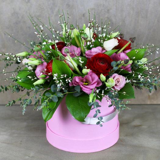 Шляпная коробка с ранункулюсами и эустомой: букеты цветов на заказ Flowwow
