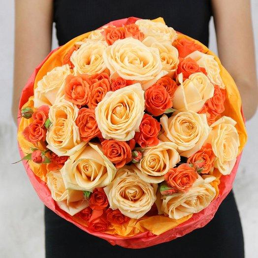 Букет из 25 кремовых и оранжевых роз