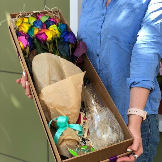 Радужная роза в крафт коробке: букеты цветов на заказ Flowwow