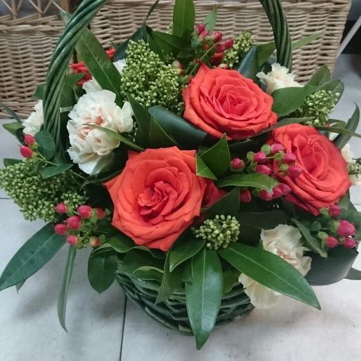 Композиция в корзинке из розы, гвоздики, скимии и гиперикума: букеты цветов на заказ Flowwow