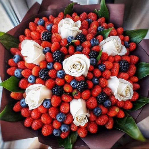 Клубничный букет «Яркий»: букеты цветов на заказ Flowwow