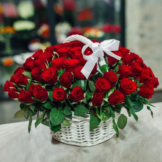 Корзина из 101 кенийской розы: букеты цветов на заказ Flowwow
