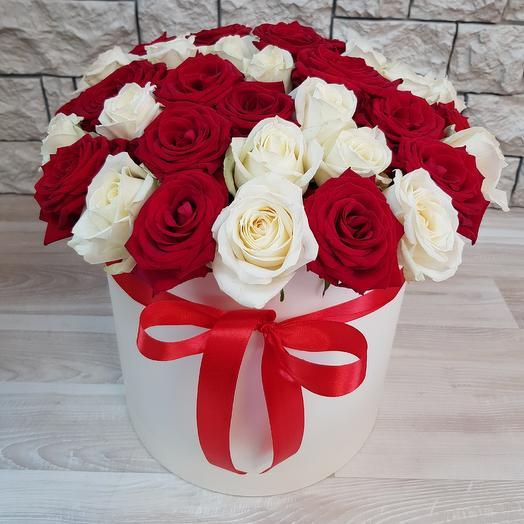 Коробка из 29 красных и белых роз