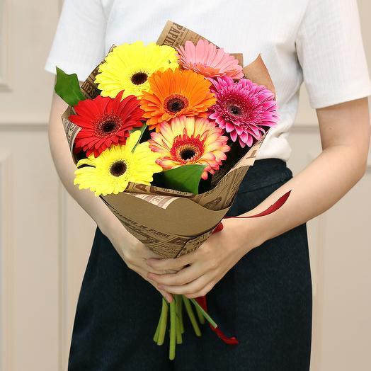 Букет из 7 стандартных гербер микс в крафте: букеты цветов на заказ Flowwow