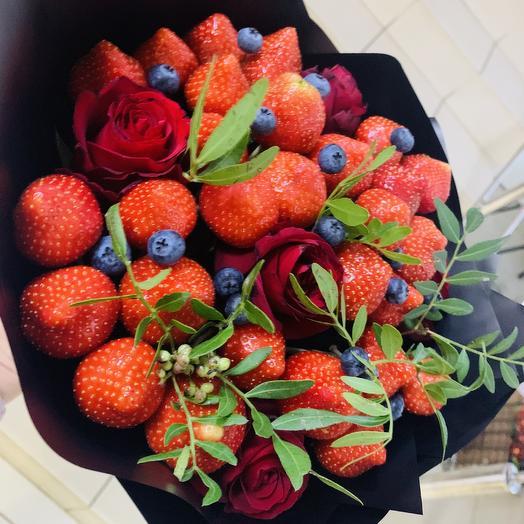 Букет из клубники, голубики и красных роз: букеты цветов на заказ Flowwow