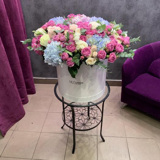 Огромная коробка из стойких, ярких ароматных цветов