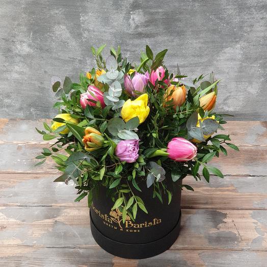 Яркая коробочка пионовидных Тюльпанов в зелени: букеты цветов на заказ Flowwow