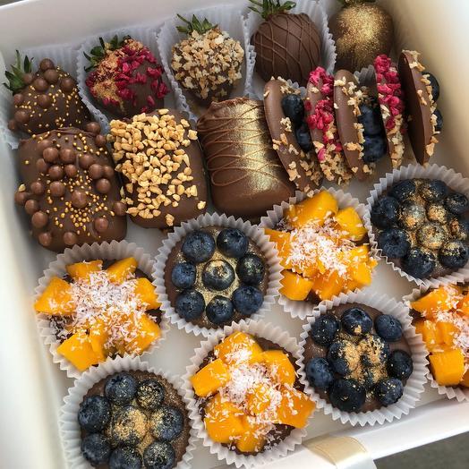 """Фрукты и ягоды в молочном шоколаде """"Berry Kingdom with mango"""": букеты цветов на заказ Flowwow"""