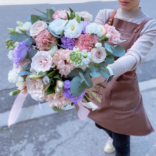 Розово-сиреневый букет с шикарными розами-капучино и эквадорскими розами