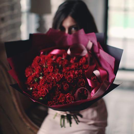 Большой букет из красных кустовых роз Мирабелла, 39 шт