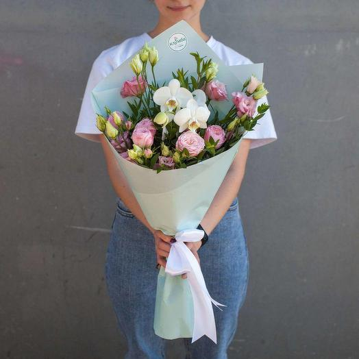Букет из орхидеи, кустовой розы и эустомы