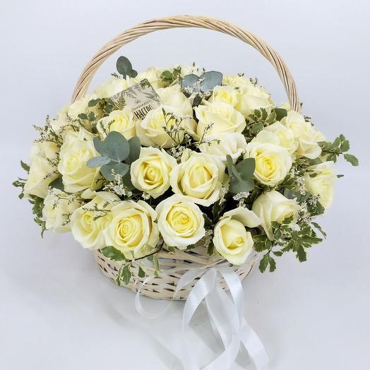 Корзина с 55 белыми розами и питтоспорумом