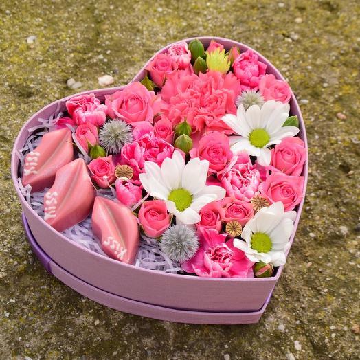 Миниатюрное сердечко с шоколадными конфетами и цветами