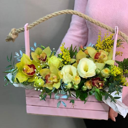 Декоративный ящик с весенними цветами