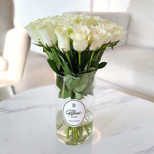 21 белая роза в вазе