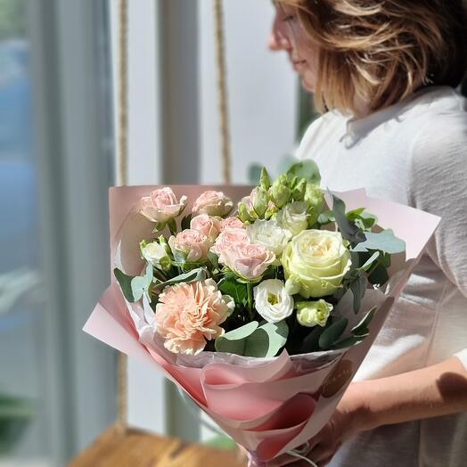Букет с розой и эустомой