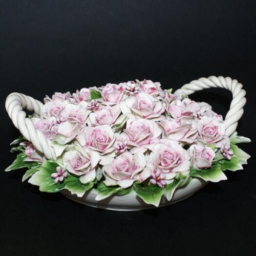 Декоративная корзина с розами