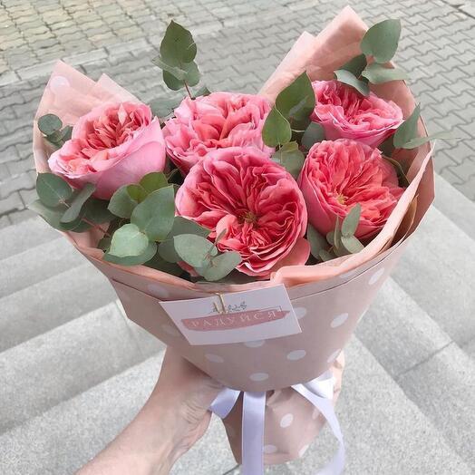 Букет с пионовидной розой и эвкалиптом