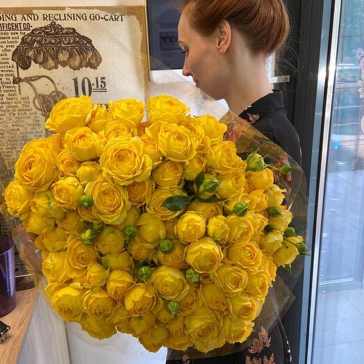 Букет пионоаидных кустовых роз сорта «Каталина»