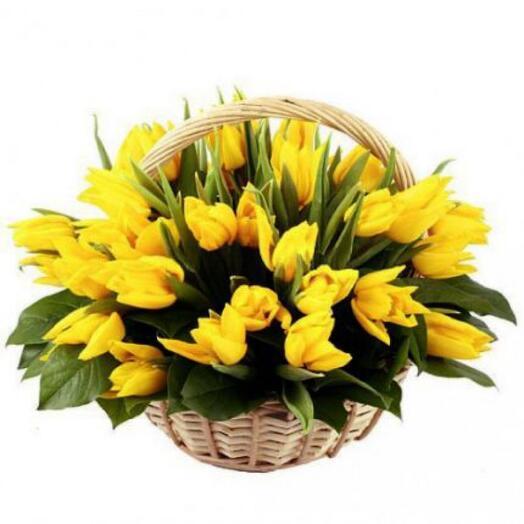 51 желтый тюльпан в корзине
