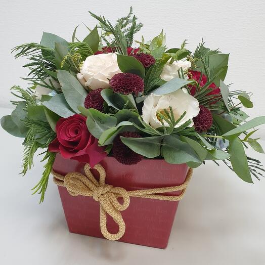 Цветы в коробке с розой и декоративной зеленью