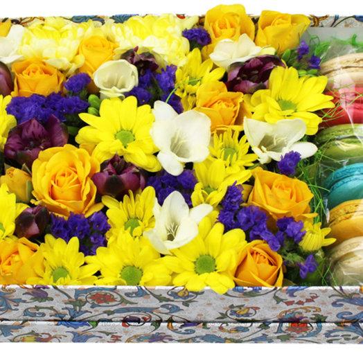 Коробочка с цветами и макарунами 19: букеты цветов на заказ Flowwow