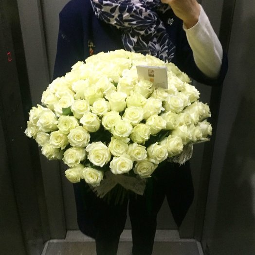 101 Белая Роза в сетке: букеты цветов на заказ Flowwow