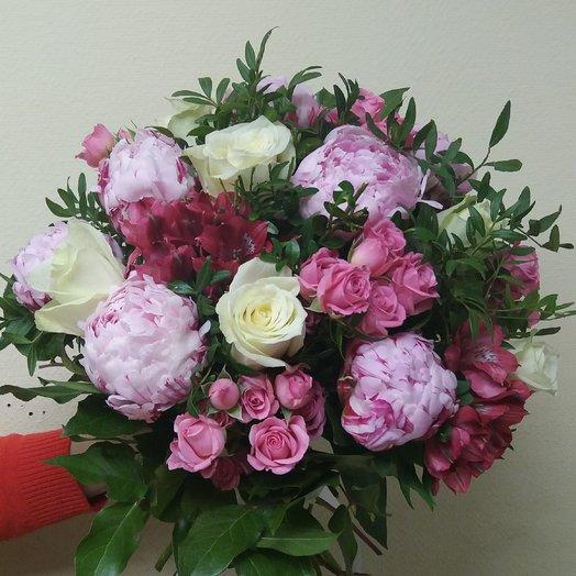 Розовый букет с пионами, кустовой розой